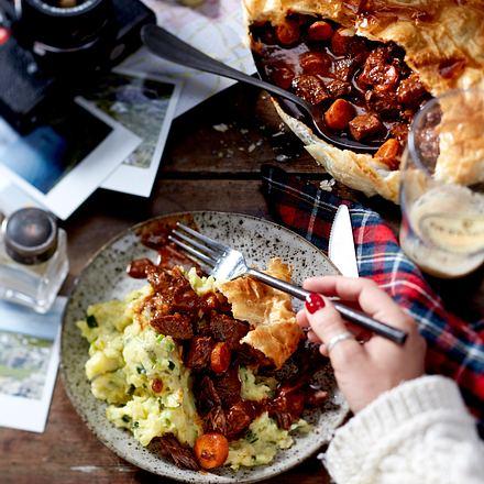 """Rindergulasch und Kartoffelstampf mit Lauch und Spitzkohl """"Guinness-Beef-Pie mit Calcannon"""" Rezept"""
