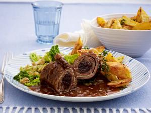 Rinderrouladen mit Speckpflaumen zu Butter-Walnuss-Wirsing und Röstkartoffeln Rezept
