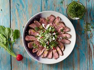 Rindfleisch mit Radieschen-Kräuter-Topping und Sprossen Rezept