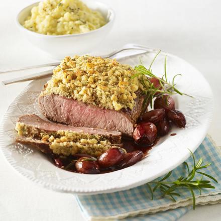Roastbeefbraten mit Haselnuss-Kräuterkruste, Rotweinschalotten und Sellerie-Kartoffelpüree Rezept