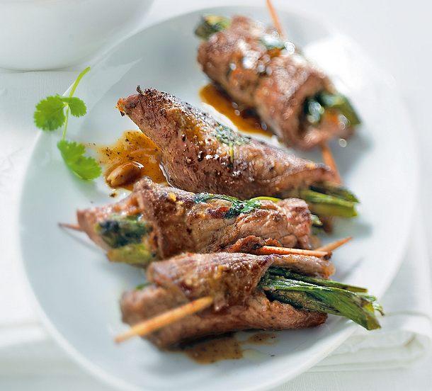 Roastbeefröllchen mit Erdnussbutter und Lauchzwiebeln Rezept