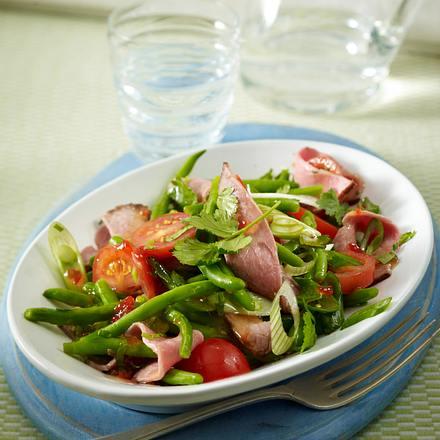 Roastbeefsalat mit Kirschtomaten, grünen Bohnen, Lauchzwiebeln in Thai-Chili-Soße und Koriander Rezept