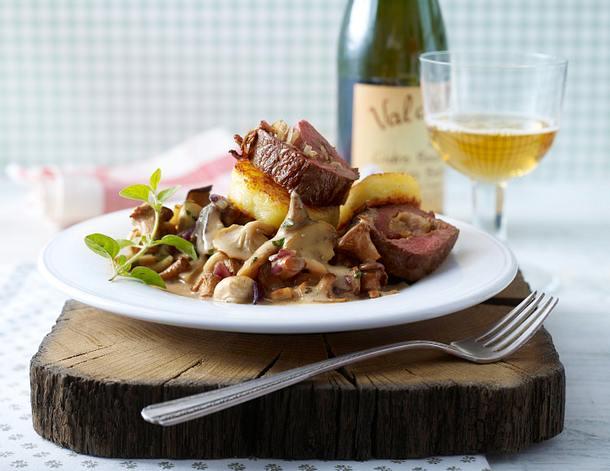 """Röllchen mit Cidre-Pilz-""""Gulasch"""" und gebratenen Kloßscheiben Rezept"""