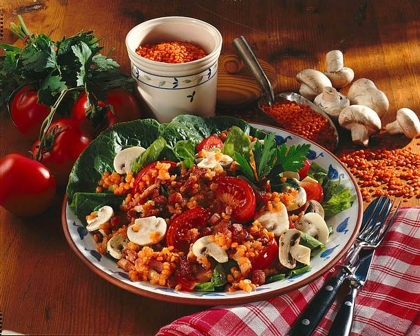 Römersalat mit Linsen-Zwiebel-Bacon-Bits-Vinaigrette Rezept