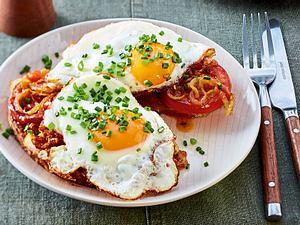 Röstbrot mit Tomaten und Spiegelei Rezept