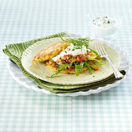 Rösti-Burger mit Lachstatar und Kräuterquark Rezept