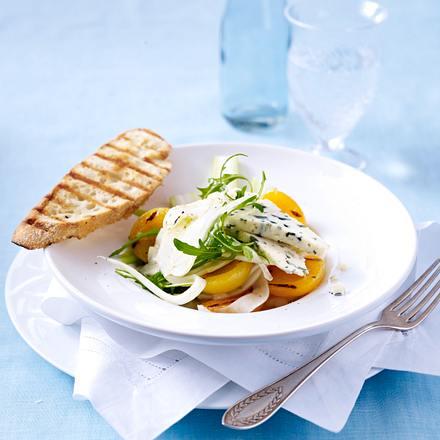 Roquefort-Rauke-Salat mit gegrillten Aprikosen und Fenchel in Balsamico-Vinaigrette und gegrilltem Baguette Rezept