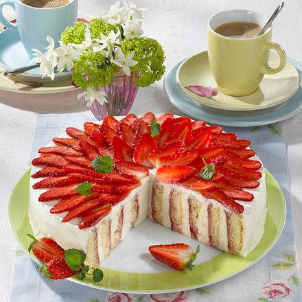 Rosen-Kuchen mit Quark-Sahne und Erdbeeren Rezept