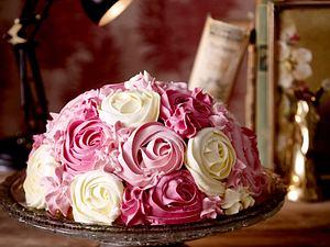 Rosen-Torte mit Johannisbeeren Rezept