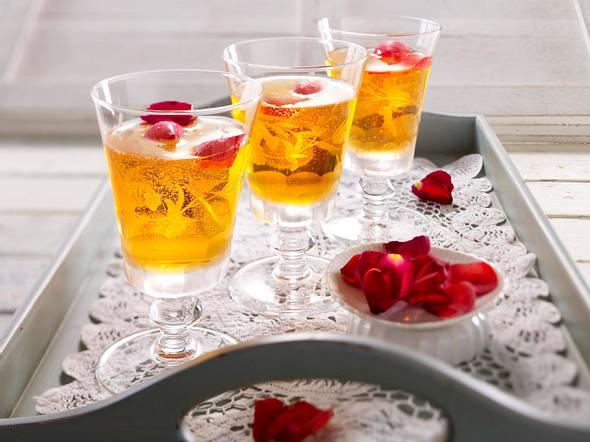 Rosenbowle mit Weißwein und Aperol Rezept