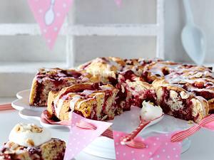 Rosettenkuchen mit roter Grütze Rezept