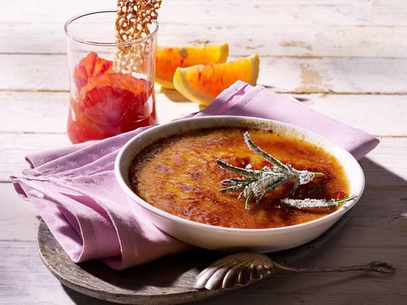 Rosmarin-Creme Brulée mit Orangenkompott und Sesamhippen Rezept