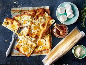 Rosmarin-Flammkuchen mit Ziegenkäse und Honig Rezept