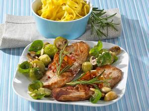 Rosmarin-Schweineschnitzel mit Rosenkohl-Champignon Gemüse Rezept