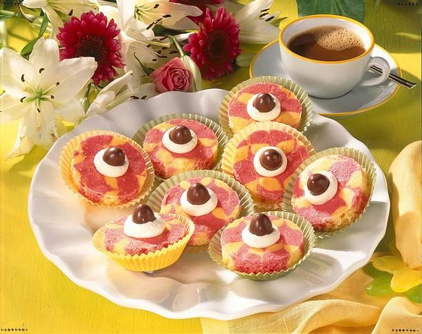 Rot-gelber Marmorkuchen vom Blech mit Schokoladenbonbons Rezept