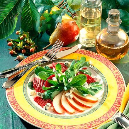 Rote Bete-Rapunzel-Salat mit Edelpilzkäse und Birnenspalten Rezept