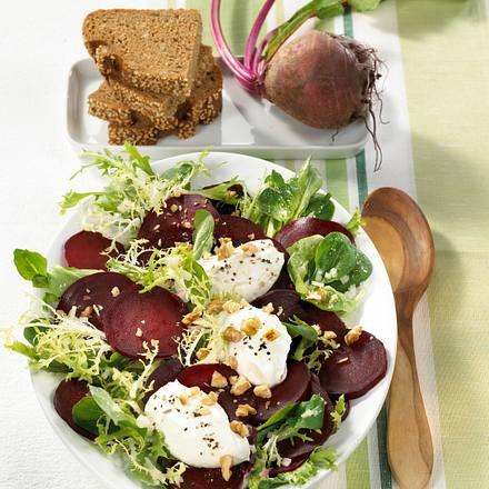 Rote Bete-Salat mit Meerrettich-Nocken und Walnüssen Rezept