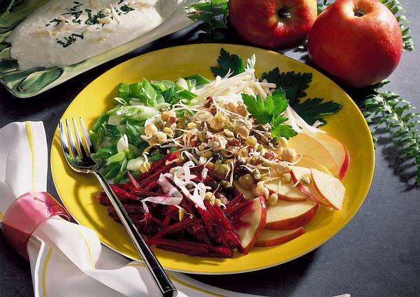 Rote Bete-Sellerie-Salat mit Meerrettich-Sahne-Soße Rezept