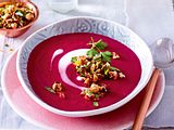 Rote-Bete-Suppe mit Nussstreuseln Rezept