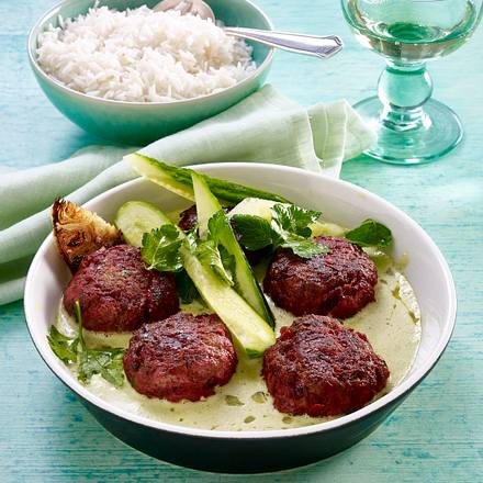 Rote Frikadellen in grünem Curry mit Minigurken Rezept
