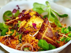 Roter Linsen-Salat mit geräuchertem Tofu, Feldsalat, Shisokresse und Senf-Dressing Rezept
