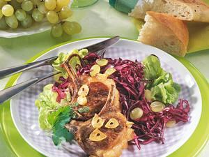 Rotkohlsalat mit Lammstielkoteletts Rezept