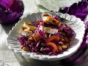 Rotkohlsalat mit Mandeln, Datteln und Ziegenkase Rezept