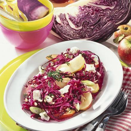 Rotkohlsalat mit Schafskäse Rezept