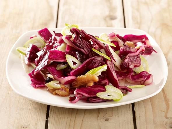 Rotkohlsalat mit Walnüssen und Fenchel Rezept