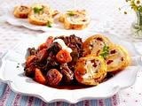 Rotweingulasch mit pikanter Parmesan-Biskuitrolle Rezept