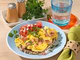 Rührei auf Schwarzbrot mit Lachsschinken und Tomate Rezept