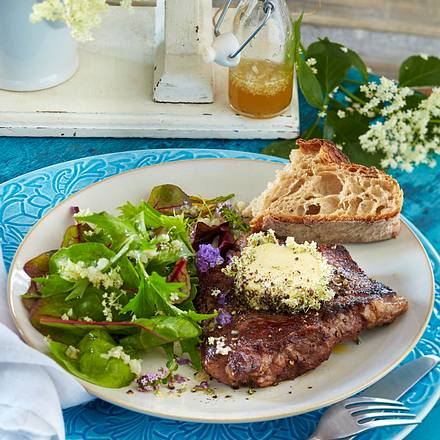 Rumpsteak mit Blüten-Pfeffer-Butter und Holunder-Vinaigrette Rezept