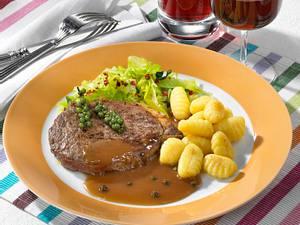 Rumpsteak mit Pfeffersoße, Gnocchi und Spitzkohl Rezept