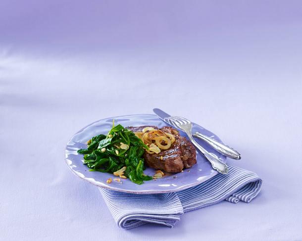 Rumpsteak zu Spinat mit Pinienkernen Rezept