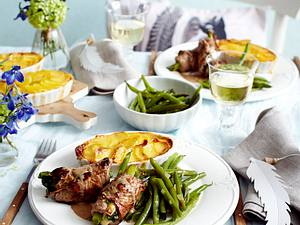 Rumpsteakröllchen mit Blauschimmelkäse und Lauchzwiebeln gefüllt zu Kartoffelgratin und grünen Bohnen Rezept