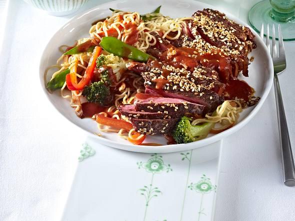 Rumpsteaks mit gebratenen Mie-Nudeln und BBQ-Soße Rezept