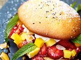 Süßer Burger mit Erdbeeren & Mango Rezept