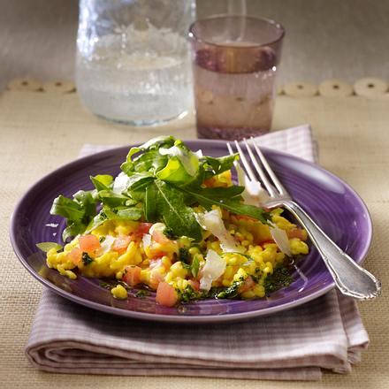 Safranrisotto mit Gremulata, Tomaten, Lauchzwiebeln und Rauke Rezept