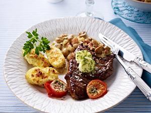 Saftige Steaks mit gebackenen Käsekartoffeln Rezept