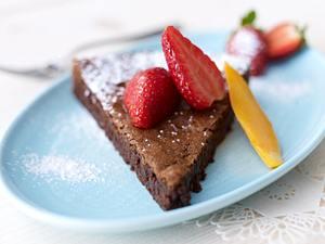 Saftiger Brownie mit Mango-Erdbeersalat Rezept