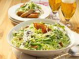 Sahniger Weißkohlsalat mit Bratwurst Rezept