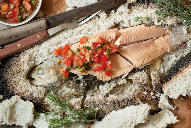 Saibling in der Salzkruste mit Tomaten-Oliven-Salsa Rezept