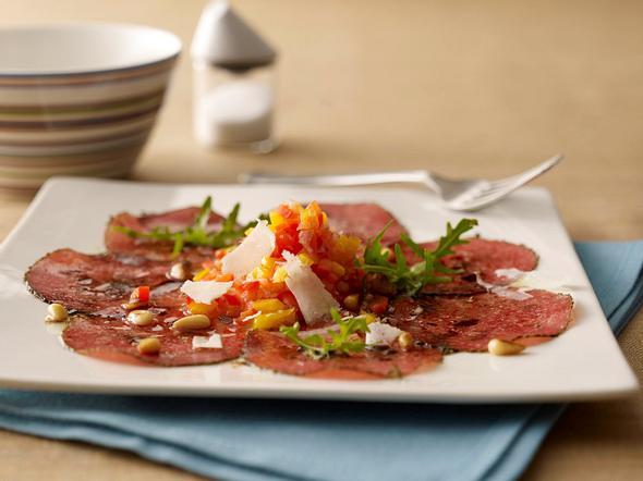 Salami-Carpaccio mit Paprika-Concassée Rezept