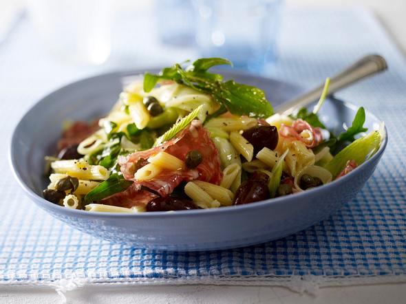 Salami-Nudel-Salat mit Fenchel, Kapern und Oliven Rezept