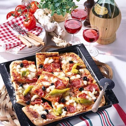 salami pizza vom blech rezept lecker. Black Bedroom Furniture Sets. Home Design Ideas