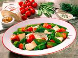 Salat aus Zuckererbsen, Kirschtomaten und Käse mit Rezept