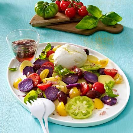 Salat aus zweierlei Kartoffeln mit bunten Tomaten, Büffelmozzarella und kleinen schwarzen Oliven Rezept