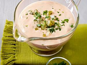 Salat-Dressing mit Dickmilch, Ketchup, Salzgurken und Kräutern Rezept