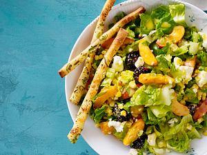 Salat mit Aprikosen und Brombeeren Rezept
