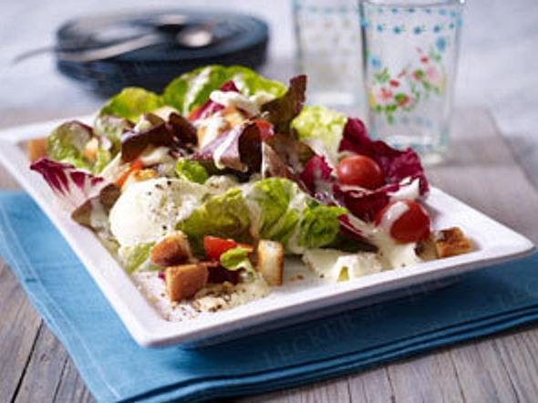Salat mit Büffel-Mozzarella und Caesar-Salad-Soße Rezept